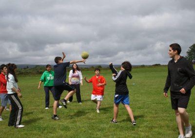 Niños jugando a deportes irlandesas